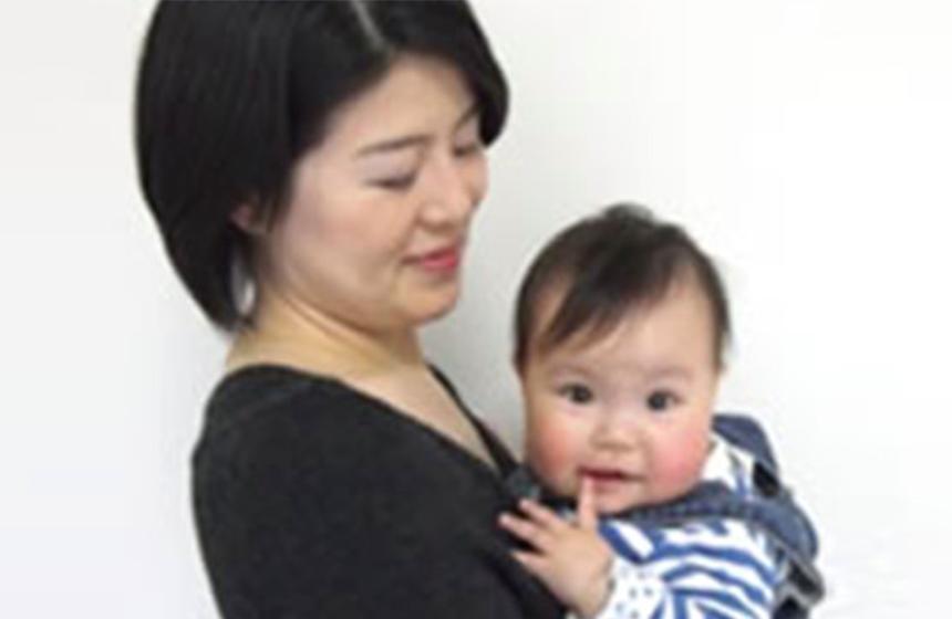 赤ちゃんを抱っこできて、本当にうれしい!